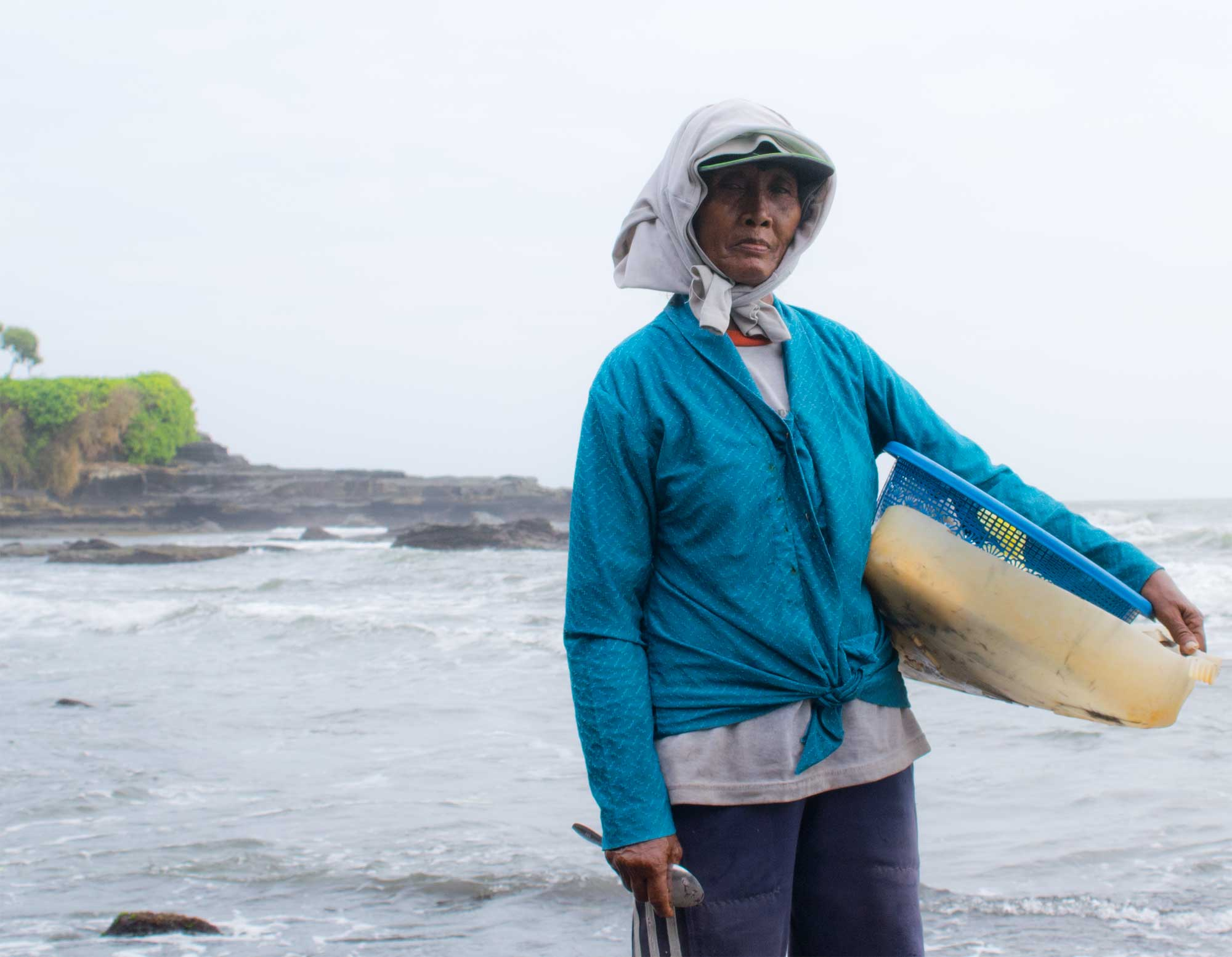 Off the path - The Pura Tanah Lot Bali - Seaweed hunter woman - Travel Blog - Scew Them All